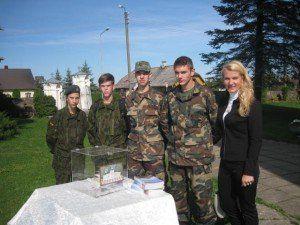 Jolanta Paukštienė su Obelių jaunaisiais šauliais prie bažnyčios