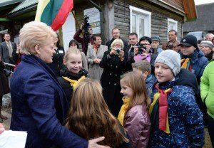 dalia-grybauskaite-antanases-kaimo-bibliotekoje