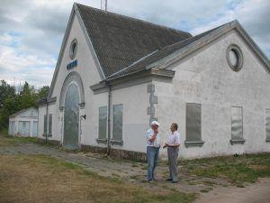 Aloyzas Redeckas ir Andrius Dručkus prie Obelių geležinkelio stoties.