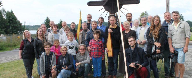 Kūrybinio performanso dalyviai šalia pastatyto medinio kryžiaus  Laisvės kovų istorijos muziejuje Obeliuose.
