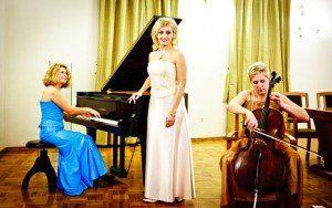 "Ansamblis ""Con modus"" ir solistė  Jolanta Stmbrienė (viduryje)."